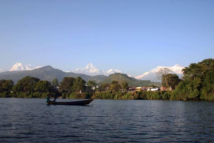 Pokhara-FewaLake-med-udsigt-til-Himalaya