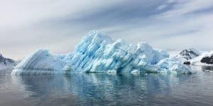 Der er mange små isbjerge omkring vandet ved Antarktis