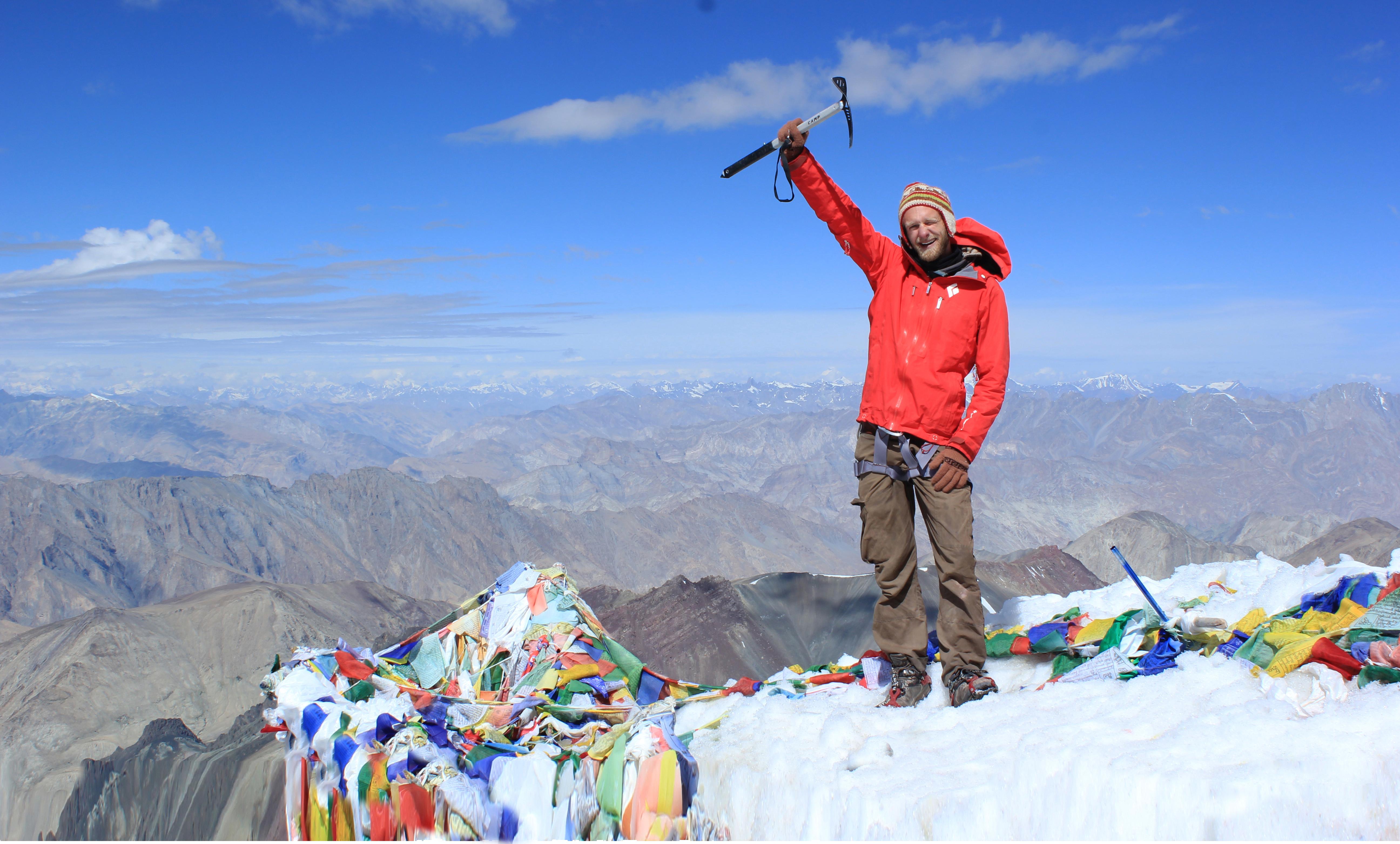 Bjergbestiger på toppen af Stok Kangri