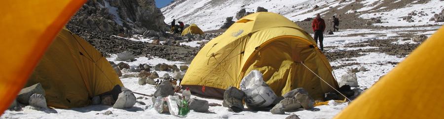 Lejr på bjergbestigning i Himalaya