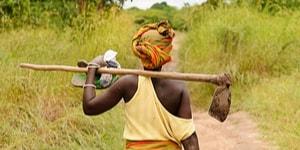 Kvinde i marken i Tanzania