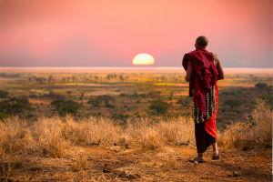 Munk går mod solnedgangen