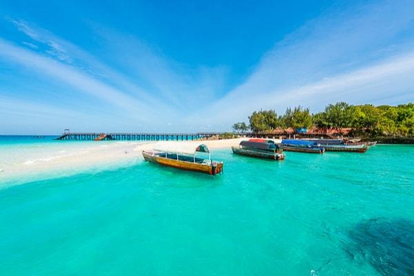 På din rejse til Zanzibar kan du bade ved de smukkeste strande