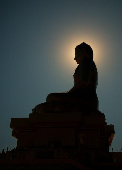 Den smukke velkendte buddha i Bhutan