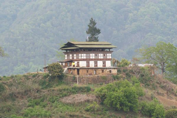 På trekking i Bhutan vil du opleve de mange små huse rundt omkring i naturen