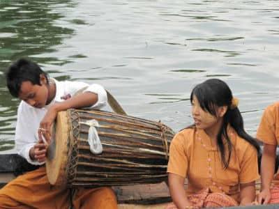 Mennesker i båd i Burma