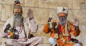 Mænd der mediterer i Indien
