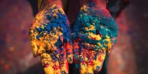 På trods af det varme klima i Indien er det meget populært at bruge farvepulver til udsmykning under eksempelvis festivaller
