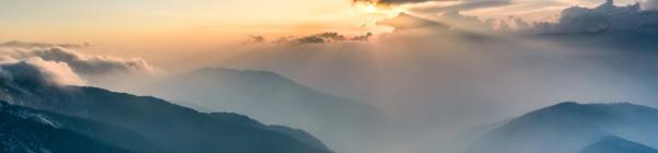 En trekking rejse til Nepal indebærer smukke udsigter over bjergtoppe