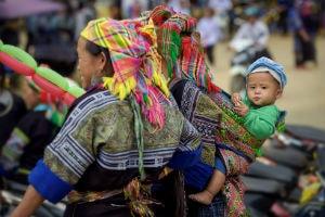 Vietnam barn rejser på mors ryg