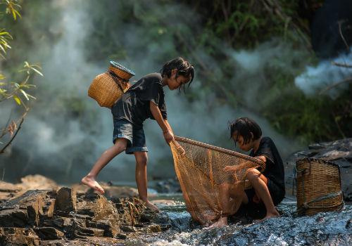 Børn i Vietnam som fisker