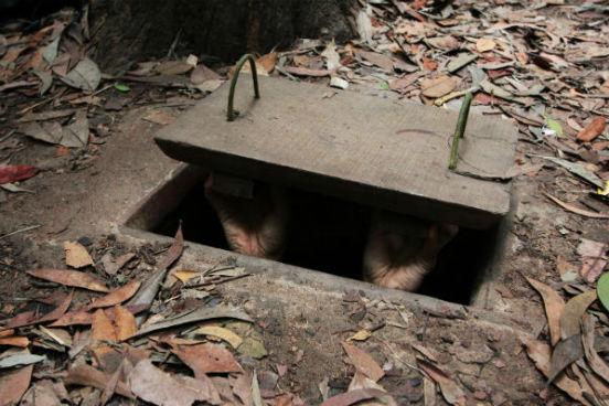 person rejser ned i tunnelerne i Vietnam