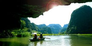 I Ha Long Bugten kan du sejle ind i grotter af kalksten
