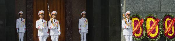 Ho Chi Minh vogtere ved Ho Chi Minhs mausoleum i Vietnam