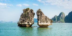 Besøg seværdigheden Kissing Rocks i Ha Long bugten, når du rejser i Vietnam