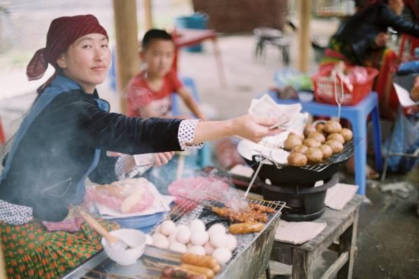 Prøv street food i Hoi An på din rundrejse i Vietnam