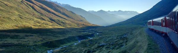 Tag på togrejse i Schweiz