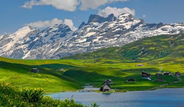 Finde rejse med vandring i Alperne i Schweiz