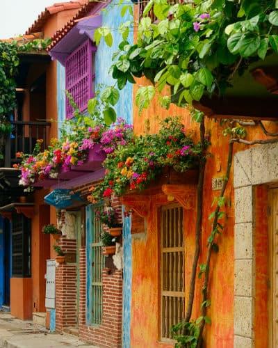 På din rejse til colombia vil du se mange farverige huse