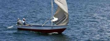 Båd sejler på Titicaca søen